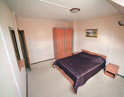 Спальня коттеджа для двух семей. База отдыха Розовая дача