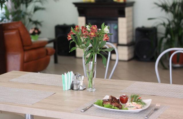 Блюдо на столе с цветами. База отдыха Розовая дача
