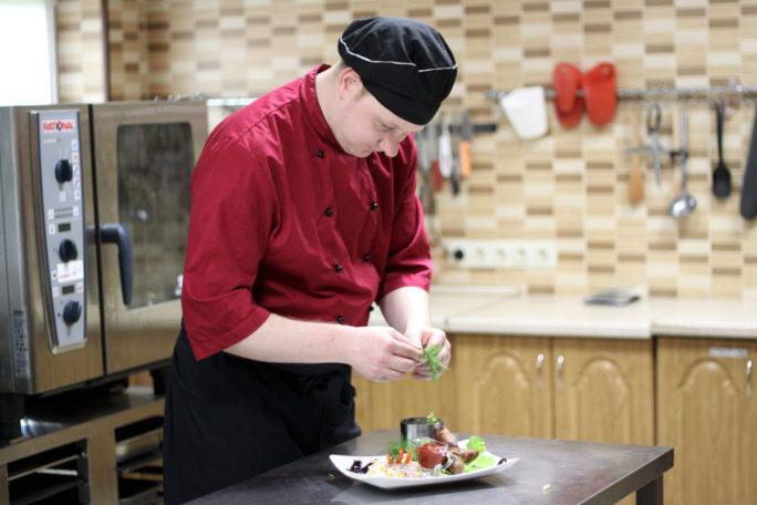 Повар Максим за приготовлением блюда в кафе Розовой дачи
