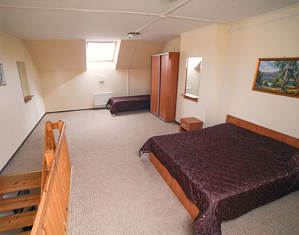 Просторная спальня с двумя кроватями. База отдыха Розовая дача