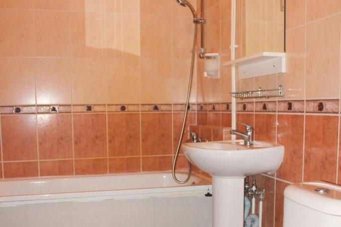 Санузел. Ванна, раковина, туалет. База отдыха Розовая дача