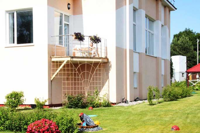 Балкон для отдыха у бассейна. База отдыха Розовая дача