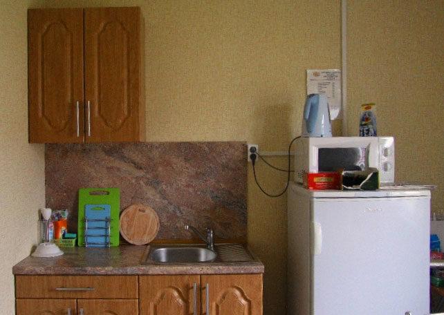 Кухня с холодильником и горячей водой на базе отдыха.