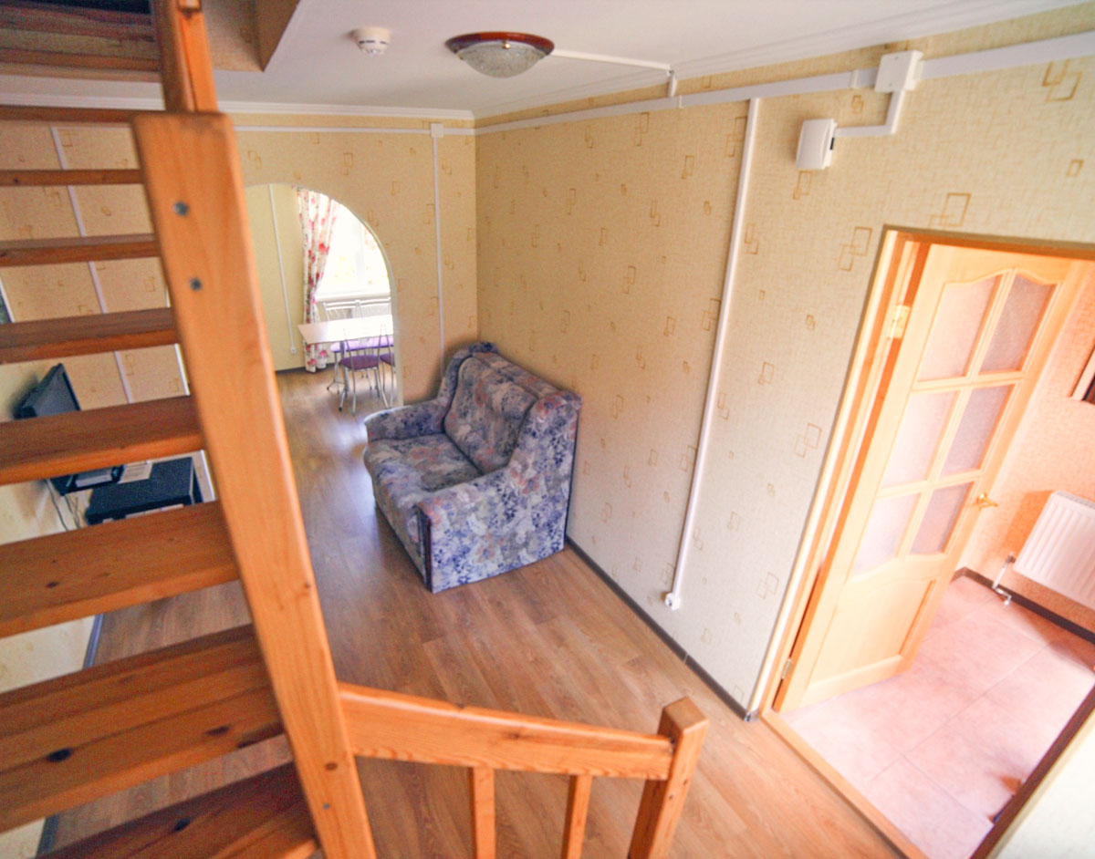 Гостиная с телевизором и диваном. База отдыха Розовая дача