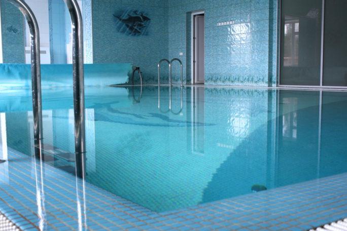 Вид бассейна и спокойной воды. База отдыха Розовая дача