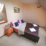 Первая из спален второго этажа коттеджа комфорт для двух семей. База отдыха Розовая дача.