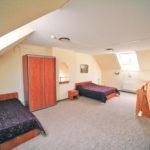 Спальня с двуспальной кроватью. Расположена на втором этаже коттеджа комфорт. База отдыха Розовая дача