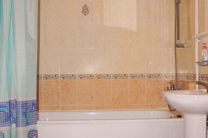 Ванная коттеджа для двух семей с детьми. База отдыха Розовая дача.