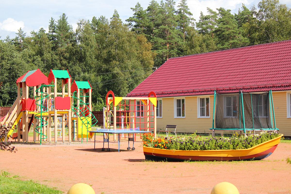 Игровая площадка для детей 3-10 лет. База отдыха Розовая дача