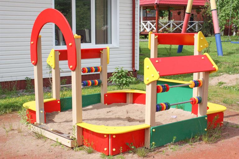 Песочница для малышей. База отдыха Розовая дача
