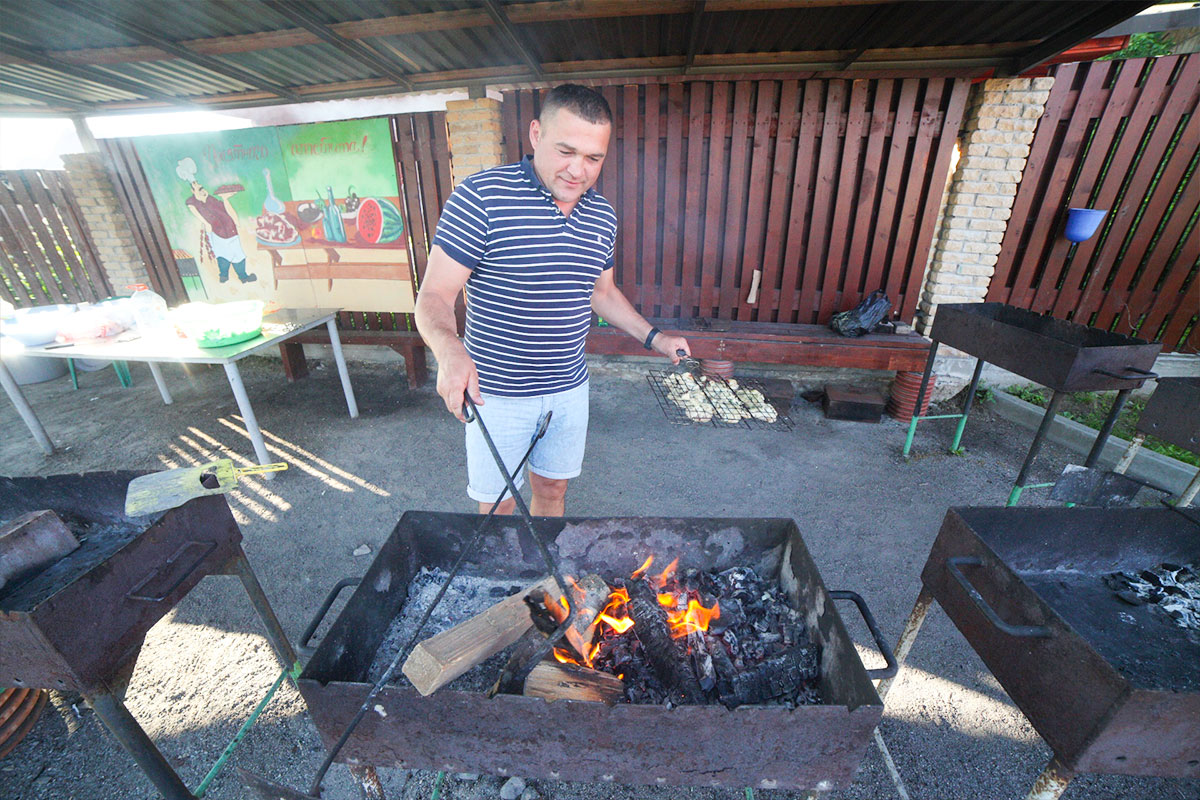 Приготовить еду на мангале. База отдыха Розовая дача