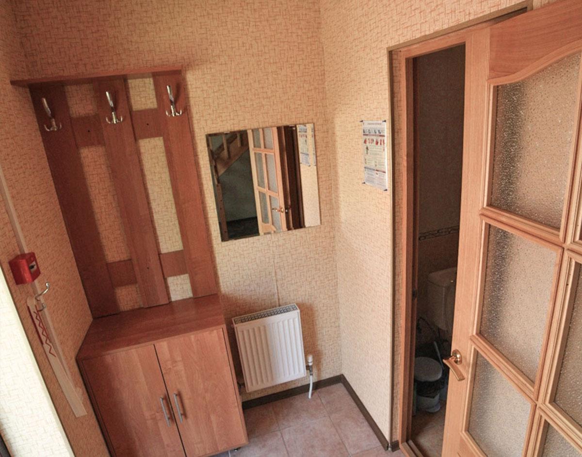 Прихожая на первом этаже коттеджа комфорт для двух семей. База отдыха Розовая дача.