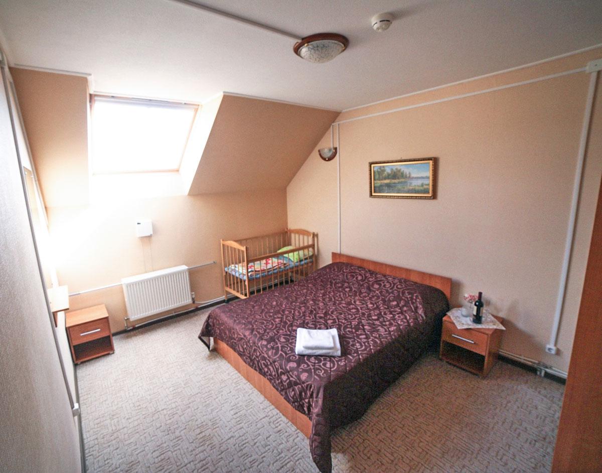 Вторая спальня на втором этаже коттеджа комфорт для двух семей. База отдыха Розовая дача.