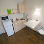 Кухонный блок номера-студио для молодой пары. База отдыха Розовая дача