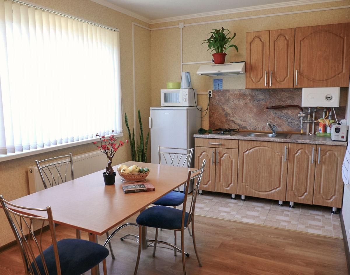 Кухня на первом этаже коттеджа комфорт для двух семей. База отдыха Розовая дача.