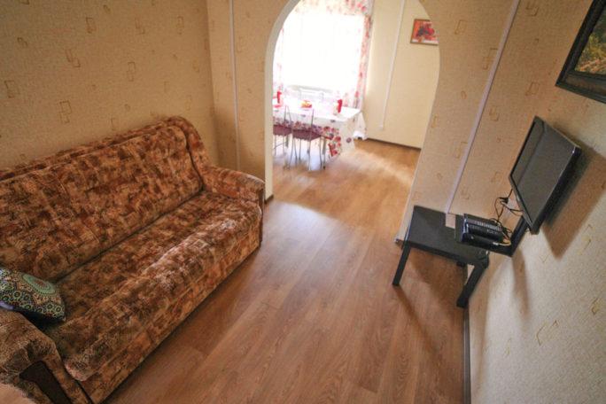 Гостиная зона на первом этаже коттеджа комфорт для двух семей. База отдыха Розовая дача.