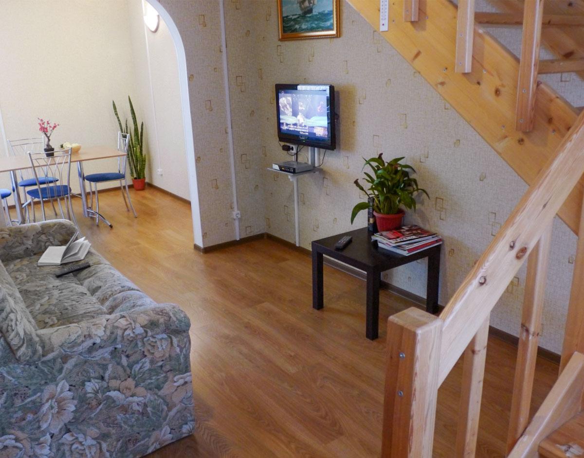 Гостиная зона коттеджа для двух семей. База отдыха Розовая дача.
