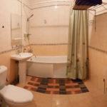 Ванная комната на первом этаже коттеджа комфорт для двух семей. База отдыха Розовая дача.