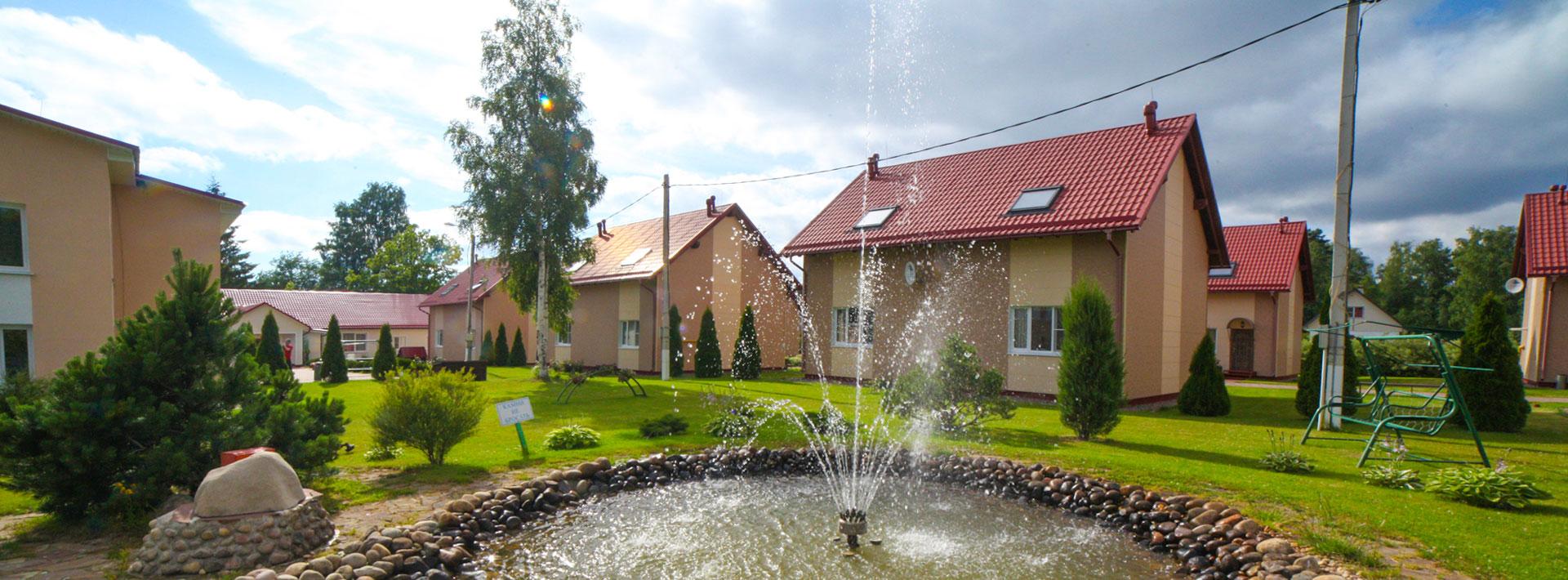 Вид на фонтан и коттеджи с лужайки. База отдыха Розовая дача