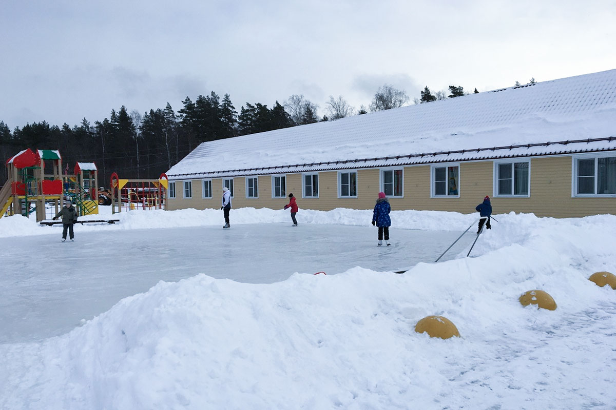 Катание на коньках. База отдыха Розовая дача