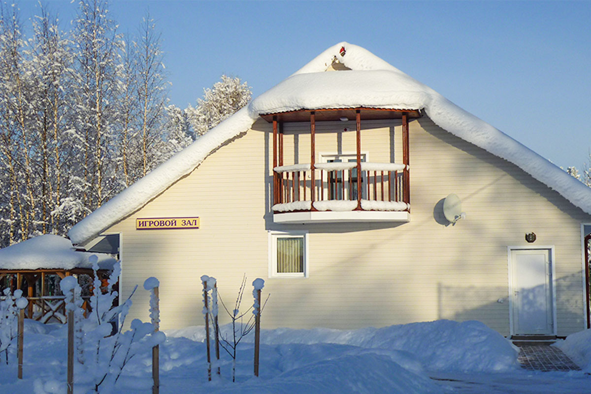 Здание игрового зала зимой. База отдыха Розовая дача