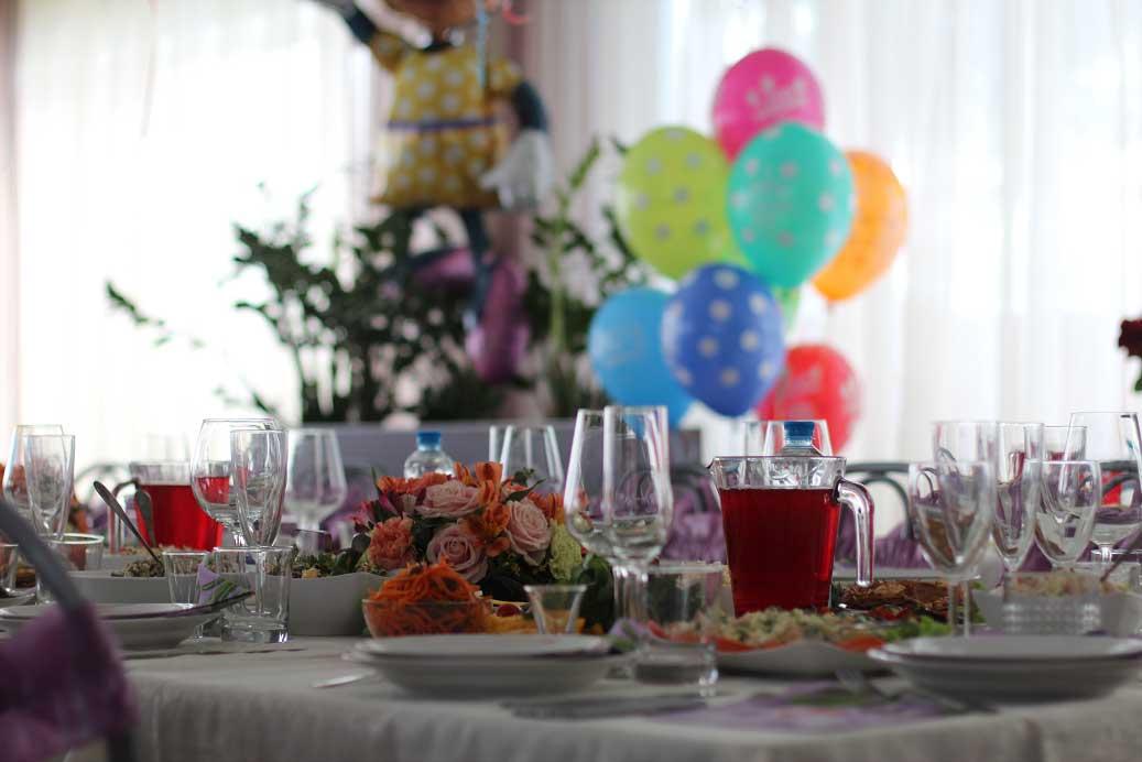 Детский праздник. Цветы на столе. База отдыха Розовая дача